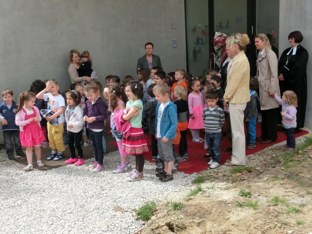 Versammlung vor der Eingangstür