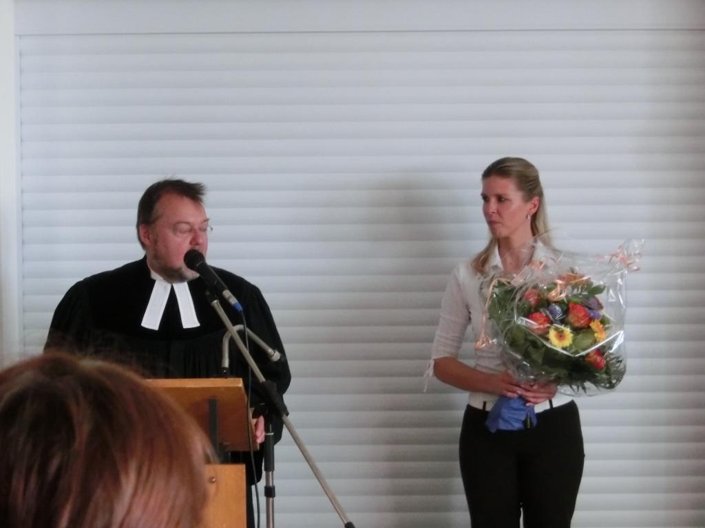 Pfarrer Köglmeier dankt Frau Fuchs