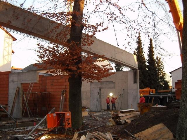 Dezember 2011: Die Betonfertigteile werden verbaut